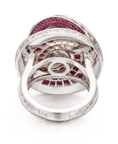 View 2. Thumbnail of Lot 1028. 'Double Swirl' Diamond and Ruby Ring | 格拉夫| 'Double Swirl' 2.08克拉 圓形 G色 鑽石 配 紅寶石 戒指 (鑽石及紅寶石共重約3.60及5.70克拉).