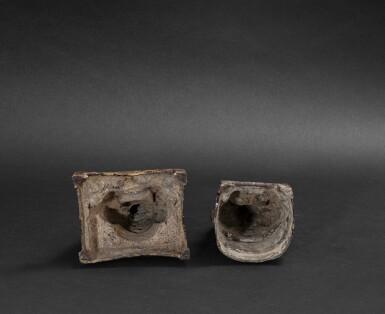 View 3. Thumbnail of Lot 105. Deux figures de dignitaire daoistes en bronze Dynastie Ming - Dynastie Qing | 明至清 銅神仙坐像兩尊 | Two bronze figures of Daoist immortals, Ming - Qing Dynasties.