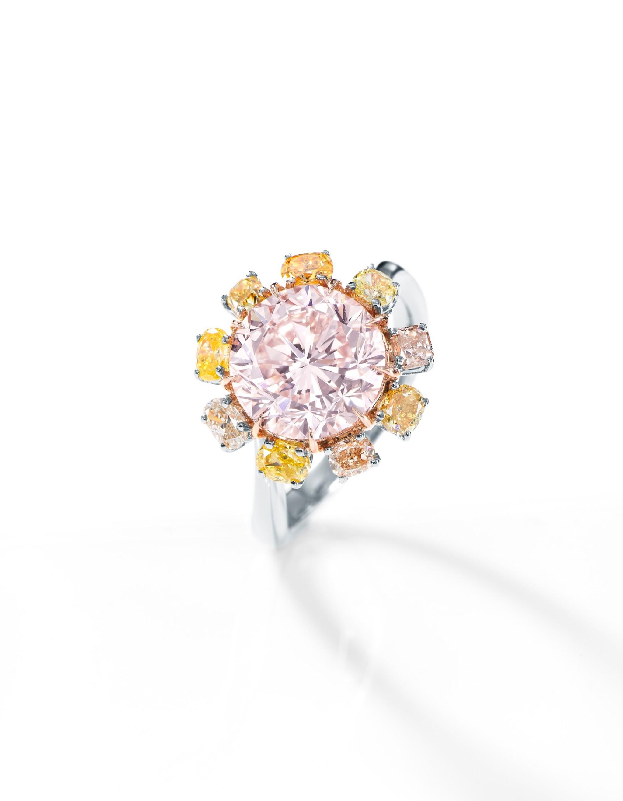 View full screen - View 1 of Lot 1751. A VERY RARE FANCY PINK DIAMOND, COLOURED DIAMOND AND DIAMOND RING | 非常罕有 3.64卡拉 彩粉紅色 內部無瑕(IF)鑽石 配 彩色鑽石 及 鑽石 戒指.