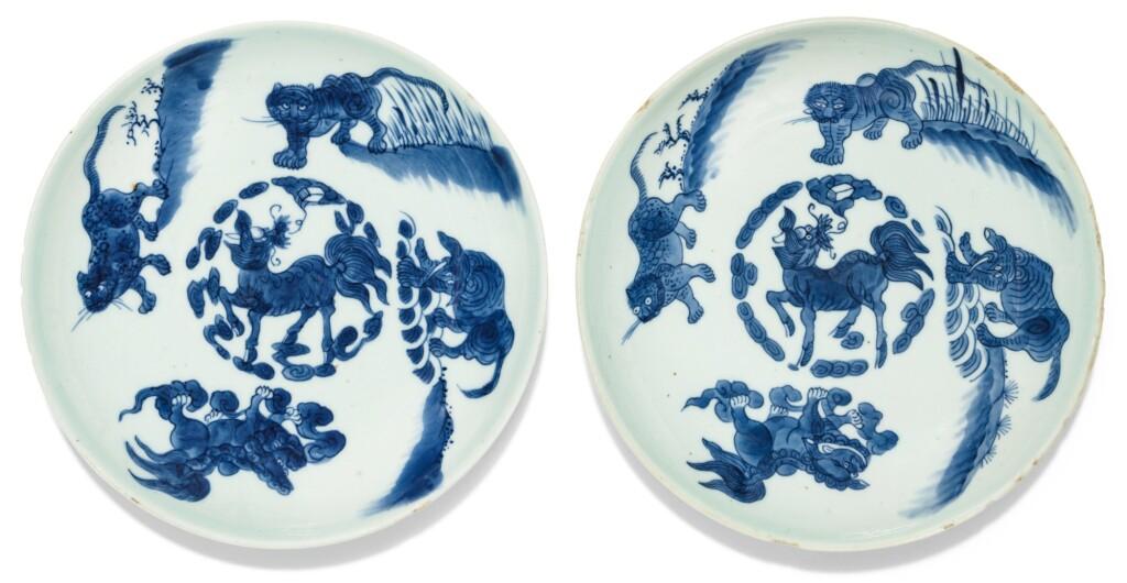 PAIRE DE COUPES EN PORCELAINE BLEU BLANC MARQUES ET ÉPOQUE SHUNZHI | 清順治 青花瑞獸紋盤一對  《順治年製》款 | A rare pair of blue and white saucer dishes, Shunzhi marks and period