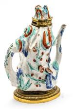 TRÈS RARE VERSEUSE DE 'BRANCHE DE PRUNIER' EN PORCELAINE KAKIEMON JAPON, ÉPOQUE EDO, CA. 1680 | 日本 約1680年 柿右衛門彩繪嵌鎏金銅梅幹型執壺 |A very rare gilt-bronze mounted Kakiemon 'gnarled prunus' ewer, Japan, ca.1680