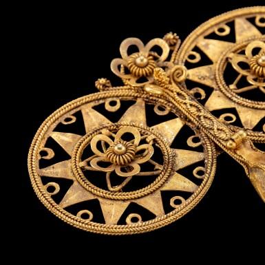 View 3. Thumbnail of Lot 1040. A Nias gold filigree double-spiral ear ornament, fondruru ana'a North Sumatra, Indonesian archipelago, 19th century | 十九世紀 印尼群島 北蘇門答臘尼亞斯島 金纍絲花卉紋耳飾.