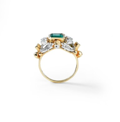 View 3. Thumbnail of Lot 7. BAGUE ÉMERAUDE ET DIAMANTS | EMERALD AND DIAMOND RING.