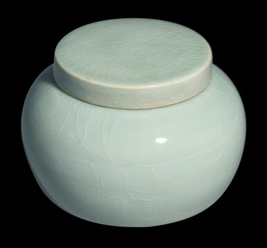 View 4. Thumbnail of Lot 19. AN EXCEPTIONALLY RARE JADEITE-GREEN GLAZEDJAR AND COVER MING DYNASTY, YONGLE PERIOD | 明永樂 翠青釉蓋罐.