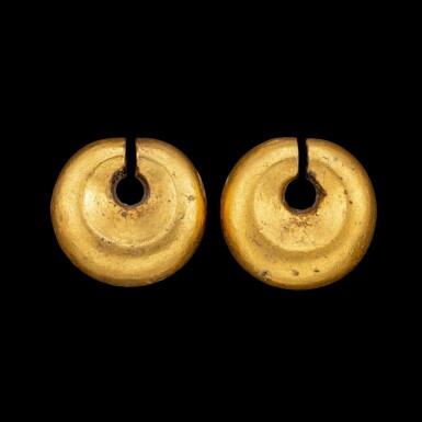 View 1. Thumbnail of Lot 1059. A pair of gold omega-shaped ear ornaments Southeast Maluku, Indonesian archipelago, 18th - 19th century   十八至十九世紀 印尼群島馬魯古東南部 金耳墜一對.