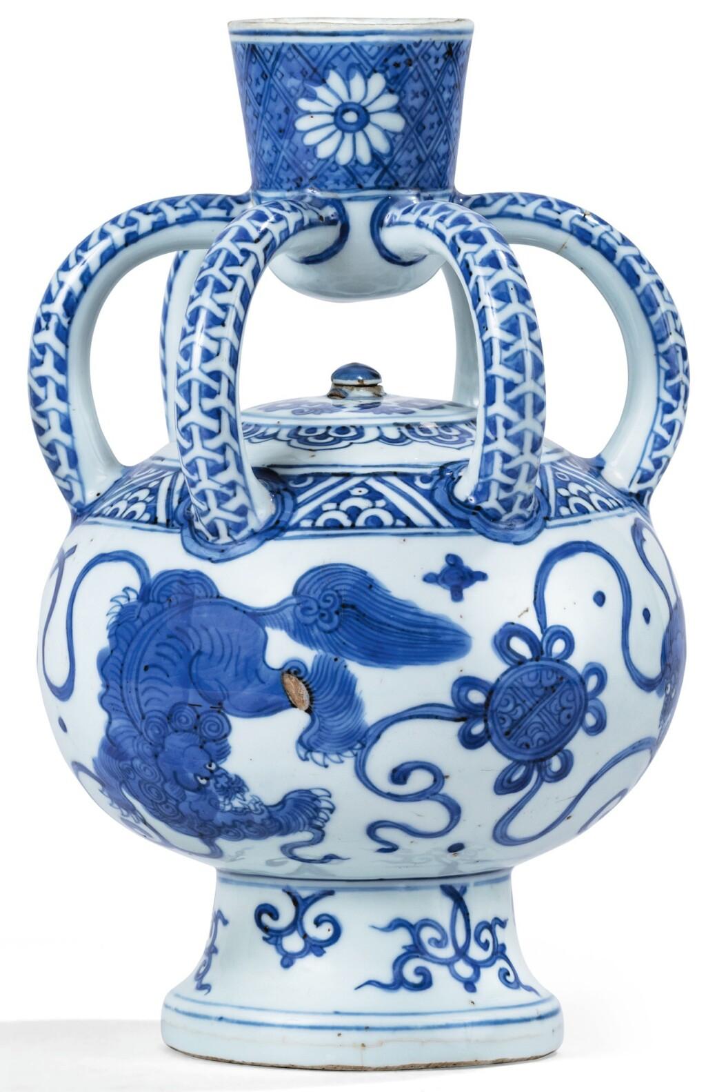 RARE ASPERSOIR EN PORCELAINE BLEU BLANC DYNASTIE MING, XVIE SIÈCLE | 明十六世紀 青花佛獅戲球紋花灑 | A rare blue and white 'Buddhist Lion' water sprinkler, Ming Dynasty, 16th century