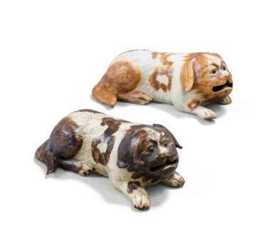 CHINA, QING DYNASTY, 18TH/19TH CENTURY [CHINE, DYNASTIE QING, XVIIIE-XIXE SIÈCLE] | TWO CHINESE EXPORT RECUMBENT DOGS [DEUX STATUETTES DE CHIENS EN PORCELAINE DE LA COMPAGNIE DES INDES]