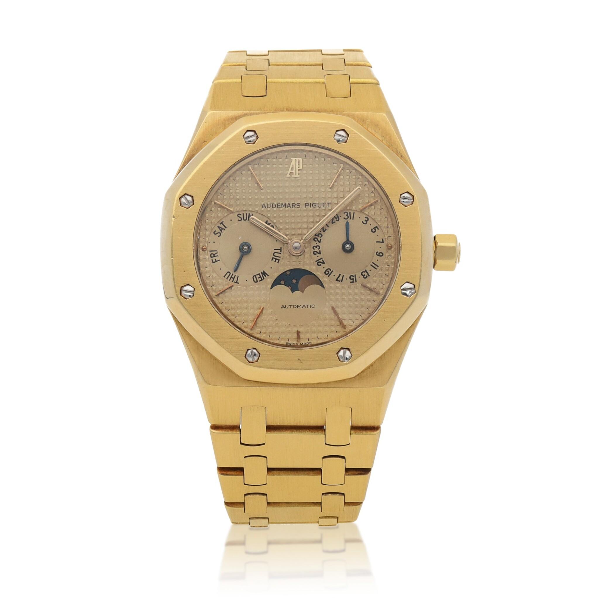 View full screen - View 1 of Lot 520. Royal Oak, Ref. 25594BA Yellow gold wristwatch with day, date, moon phases and bracelet Circa 1990   愛彼 25594BA型號「Royal Oak」黃金鍊帶腕錶備日期、星期及月相顯示,年份約1990.