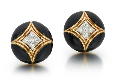 PAIR OF DIAMOND AND ONYX EAR CLIPS, VAN CLEEF & ARPELS | 鑚石 配 縞瑪瑙 耳環一對, 梵克雅寶(Van Cleef & Arpels)