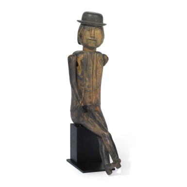 VERY RARE CARVED AND POLYCHROME PAINT-DECORATED WOOD SCULPTURE OF A SEATED MAN WEARING A BOWLER HAT, NEW ENGLAND, LATE 19TH CENTURY