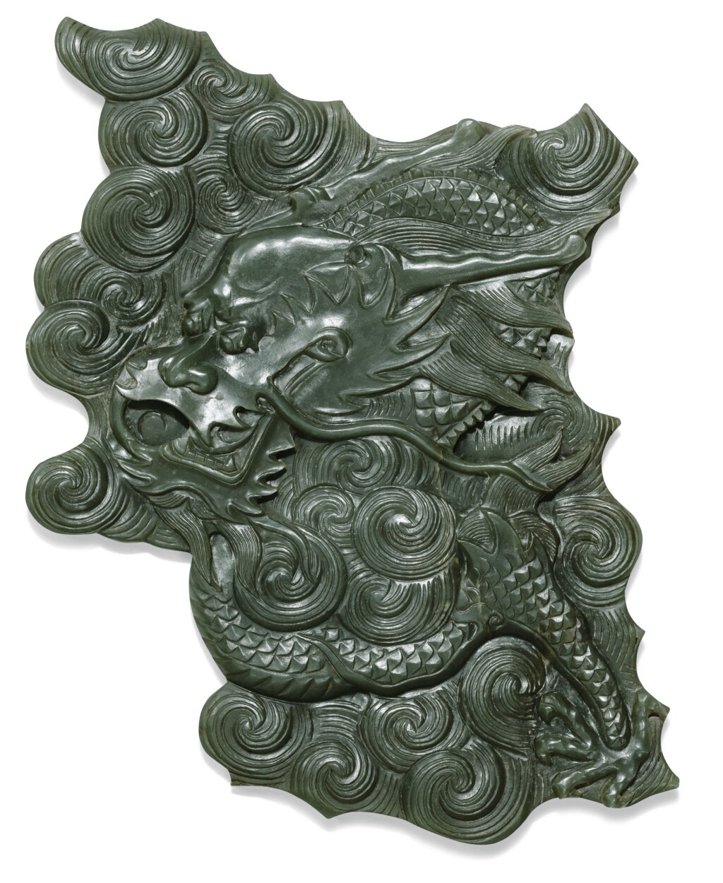 FRAGMENT EN JADE VERT ÉPINARD DYNASTIE QING | 清 青玉雲龍紋殘片 | A  spinach green jade 'dragon' fragment, Qing Dynasty