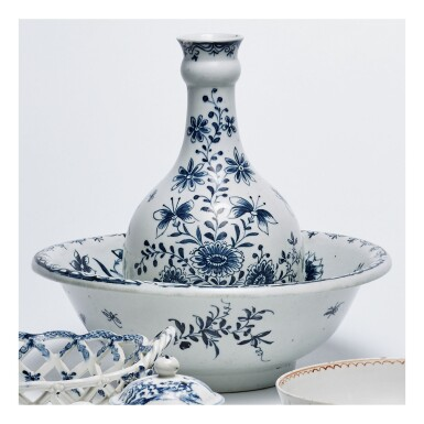 A LOWESTOFT PORCELAIN BLUE AND WHITE GUGLET AND BASIN CIRCA 1770