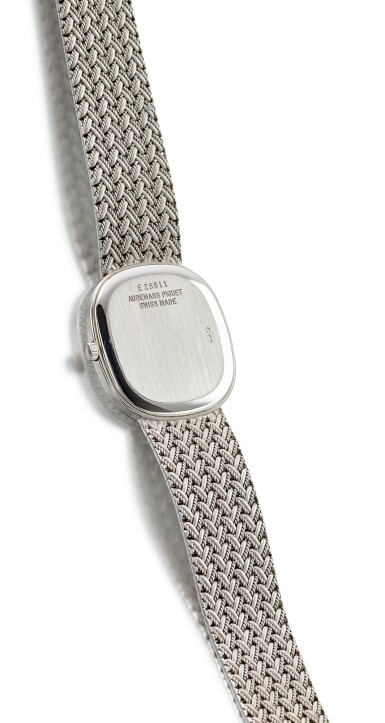 View 3. Thumbnail of Lot 8132. AUDEMARS PIGUET   REFERENCE 14653BC   A WHITE GOLD AND DIAMOND-SET BRACELET WATCH WITH LAPIS LAZULI DIAL, CIRCA 2000   愛彼   型號14653BC   白金鑲鑽石鏈帶腕錶,備青金石錶盤,約2000年製.
