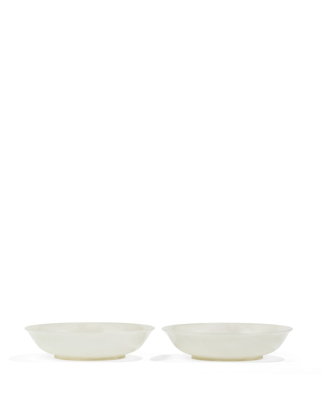 PAIRE DE COUPES EN JADE BLANC DYNASTIE QING, XVIIIE-XIXE SIÈCLE | 清十八至十九世紀 青白玉圓盤一對 | A pair of white jade dishes, Qing Dynasty, 18th/19th century