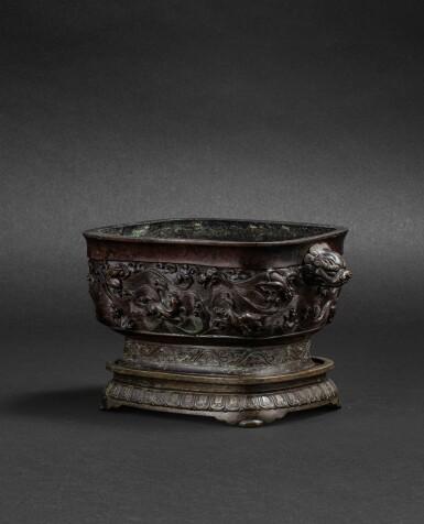 View 3. Thumbnail of Lot 108. Brûle-parfum rectangulaire en bronze Dynastie Ming, XVIIE siècle   明十七世紀 銅海獸紋長方熏爐連座 《大明宣德年制》仿款   A bronze archaistic incense burner and an archaistic bronze stand, Ming dynasty, 17th century .