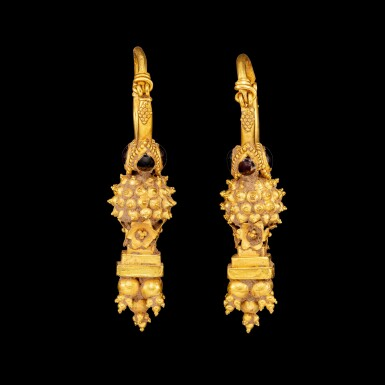 View 3. Thumbnail of Lot 1095. A pair of gem-set gold earrings Possibly Parthia, 2nd century BC - 2nd century AD | 或帕提亞 公元前二世紀至公元後二世紀 金嵌寶耳飾一對.