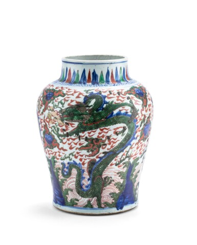 View 2. Thumbnail of Lot 154. Vase en porcelaine wucai Dynastie Qing, XVIIE siècle | 清十七世紀 五彩雲龍戲珠紋罐 | A wucai 'dragon' jar, Qing dynasty, 17th century.