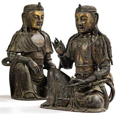 View 12. Thumbnail of Lot 14. IMPORTANTE ET TRÈS RARE PAIRE DE STATUETTES DE BODHISATTVA EN BRONZE PARTIELLEMENT DORÉ XIVE SIÈCLE | 十四世紀 鎏金銅菩蕯坐像一對 連   清十八世紀 漆金木雕須彌座一對| An important and very rare pair of parcel-gilt bronze figures of Bodhisattva, 14th century; together with a pair of lacquer-gilt thrones, Qing Dynasty, 18th century.