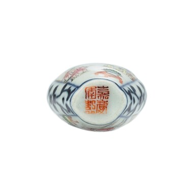 View 3. Thumbnail of Lot 3006. A Famille-Rose and Underglaze-Blue 'Figures' Snuff Bottle Seal Mark and Period of Jiaqing | 清嘉慶 青花開光粉彩人物鼻煙壺 《嘉慶年製》款.