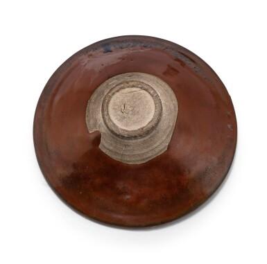 View 5. Thumbnail of Lot 15. Deux bols Cizhou en grès émaillé noir et brun à motif 'plumes de perdrix' Dynastie des Song du Nord - Dynastie Jin | 北宋至金 磁州窰鷓鴣斑笠式盌一組兩件 | Two Cizhou 'partridge feather' russet-splashed black glazed bowls, Northern Song-Jin Dynasty.