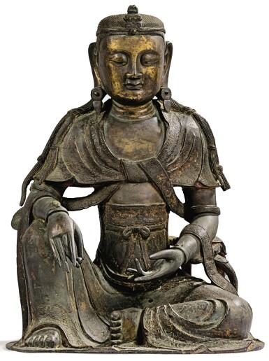 View 6. Thumbnail of Lot 14. IMPORTANTE ET TRÈS RARE PAIRE DE STATUETTES DE BODHISATTVA EN BRONZE PARTIELLEMENT DORÉ XIVE SIÈCLE | 十四世紀 鎏金銅菩蕯坐像一對 連   清十八世紀 漆金木雕須彌座一對| An important and very rare pair of parcel-gilt bronze figures of Bodhisattva, 14th century; together with a pair of lacquer-gilt thrones, Qing Dynasty, 18th century.