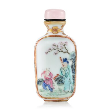 View 2. Thumbnail of Lot 3060. A Famille-Rose Porcelain 'Lady in a Pavilion' Snuff Bottle Qing dynasty, 18th - 19th century | 清十八至十九世紀   粉彩描金開光人物圖鼻煙壺 《乾隆年製》仿款.