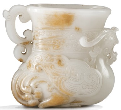 RARE ET IMPORTANTE COUPE EN JADE BLANC ET ROUILLE DYNASTIE QING, ÉPOQUE QIANLONG | 清乾隆 青白玉夔鳳紋觥 | A very rare small white and russet jade vessel in the form of a phoenix, Qing Dynasty, Qianlong period