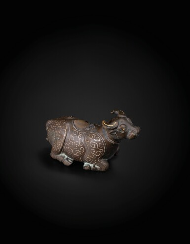 View 2. Thumbnail of Lot 48. A finely cast gold and silver inlaid archaistic 'recumbent buffalo' waterpot Yuan Dynasty -Ming Dynasty, 13th-15th century   元至明 十三至十五世紀 銅錯金銀臥牛水注.