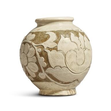 View 3. Thumbnail of Lot 186. A 'Cizhou' sgraffiato 'floral' ovoid vase, Jin dynasty | 金 磁州窰白釉剔花罐.