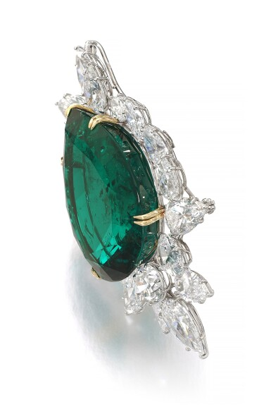 View 2. Thumbnail of Lot 177.  Harry Winston   Very Important Emerald and diamond brooch/pendant combination, circa 1970   海瑞溫斯頓   祖母綠配鑽石別針/吊墜組合,約1970年.