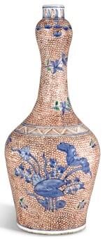 AN IRON-RED GROUND UNDERGLAZE-BLUE GARLIC-NECK VASE TRANSITIONAL PERIOD, CA. 1650 | 明末清初 約1650年 五彩荷塘佳色圖蒜頭瓶
