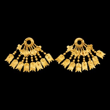 View 2. Thumbnail of Lot 1001. A pair of gold earrings with floriated spangles Leyte, Philippines, 10th - 13th century | 十至十三世紀 菲律賓萊特島 花葉紋金片耳飾一對.