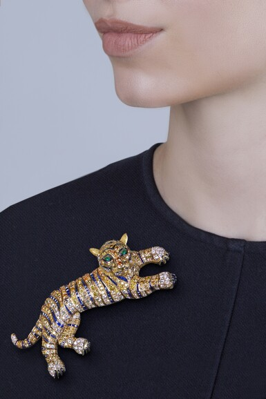 View 4. Thumbnail of Lot 131. René Boivin [勒内・博伊文(René Boivin)] | Diamond, Colored Diamond, Sapphire, Emerald and Enamel Clip-Brooch, France [鑽石配彩色鑽石、藍寶石、祖母綠及琺瑯彩別針].