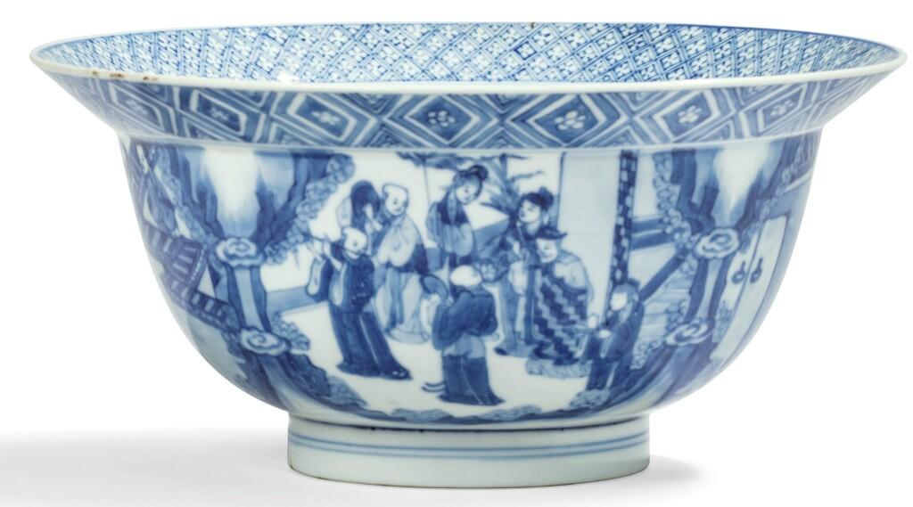 BOL EN PORCELAINE BLEU BLANC MARQUE ET ÉPOQUE KANGXI | 清康熙 青花人物故事圖折沿盌 《大清康熙年製》款 | A blue and white 'Klapmuts' bowl, Kangxi mark and period