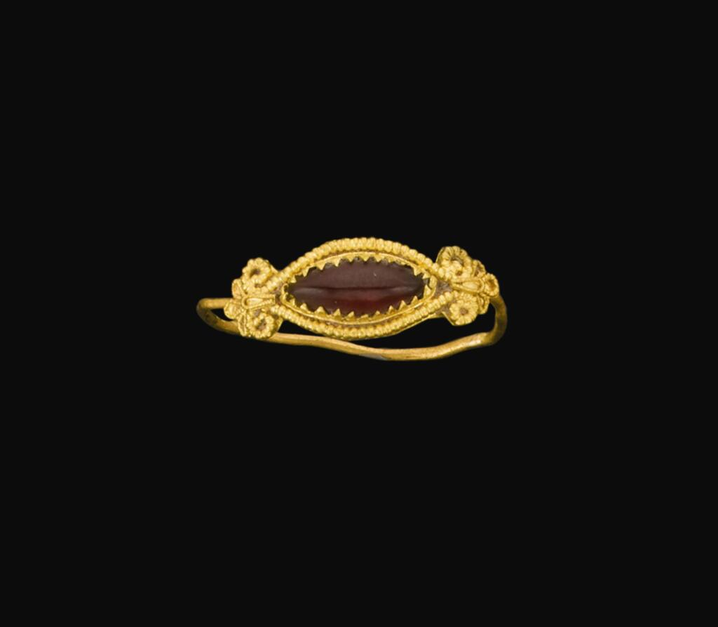 A HELLENISTIC GOLD AND GARNET RING, CIRCA 3RD/2ND CENTURY B.C.