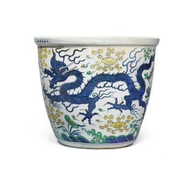 View 2. Thumbnail of Lot 88. A large wucai 'dragon' jardinière, Mark and period of Wanli | 明萬曆 五彩雲龍穿蓮紋大缸 《大明萬曆年製》款.