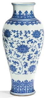RARE GRAND VASE BALUSTRE EN PORCELAINE BLEU BLANC DYNASTIE QING, XVIIIE SIÈCLE | 清十八世紀 青花纏枝蓮紋觀音尊 | A rare large blue and white 'lotus' baluster vase, Qing Dynasty, 18th century
