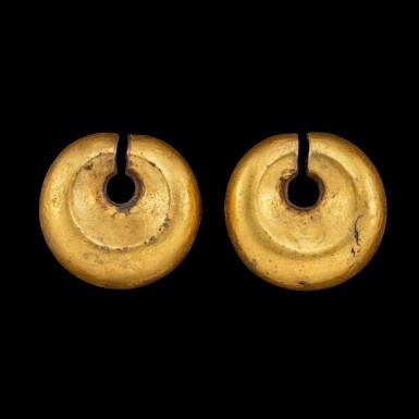 View 3. Thumbnail of Lot 1059. A pair of gold omega-shaped ear ornaments Southeast Maluku, Indonesian archipelago, 18th - 19th century   十八至十九世紀 印尼群島馬魯古東南部 金耳墜一對.