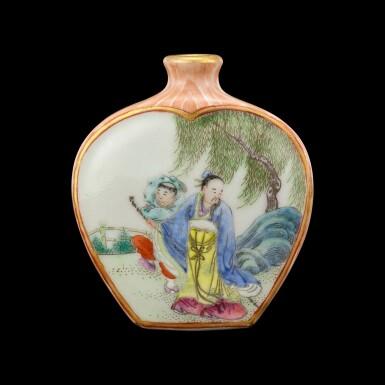 View 1. Thumbnail of Lot 1006. A faux-bois ground famille-rose 'scholars' snuff bottle Seal mark and period of Qianlong   清乾隆 粉彩仿木紋開光人物圖鼻煙壺 《大清乾隆年製》款.
