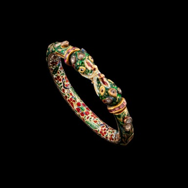 View 4. Thumbnail of Lot 1023. A gem-set and enamelled 'Makara' bracelet, kada Jaipur, North India, 19th century   十九世紀 北印度齋浦爾 金嵌鑽石、紅寶摩羯首手鐲 內飾琺瑯彩穿花孔雀紋.