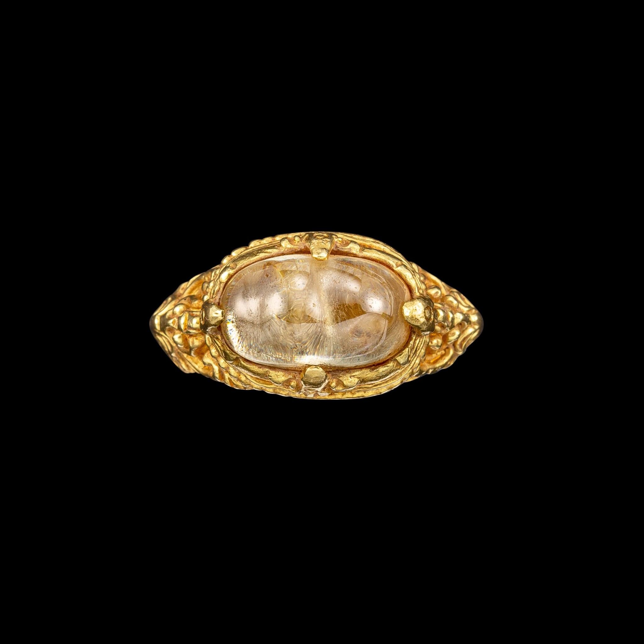 View full screen - View 1 of Lot 1028. A gold and cabochon crystal repoussé ring Khmer, 8th - 11th century | 八至十一世紀 高棉 金嵌水晶戒指.
