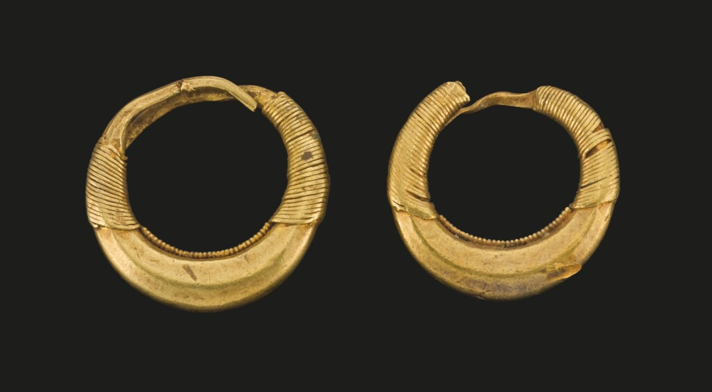 A PAIR OF GREEK GOLD EARRINGS, CIRCA 5TH CENTURY B.C.