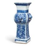 A LARGE BLUE AND WHITE ARCHAISTIC VASE, FANGGU MARK AND PERIOD OF WANLI | 明萬曆 青花穿花龍紋鋪首方觚 《大明萬曆年製》款
