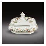 AN EARLY MEISSEN OCTAGONAL SUGAR BOX AND COVER CIRCA 1715-18