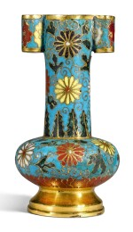 A SMALL CLOISONNE ENAMEL ARROW VASE MING DYNASTY, 15TH/16TH CENTURY | 明十五/十六世紀 掐絲琺瑯花卉紋貫耳瓶