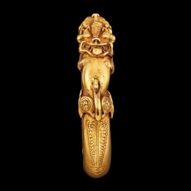 View 3. Thumbnail of Lot 1030. A gold 'mythical beast' bangle Possibly Sumatra, Indonesian archipelago, 19th century | 十九世紀 或印尼群島蘇門答臘 雙獸首金鐲.
