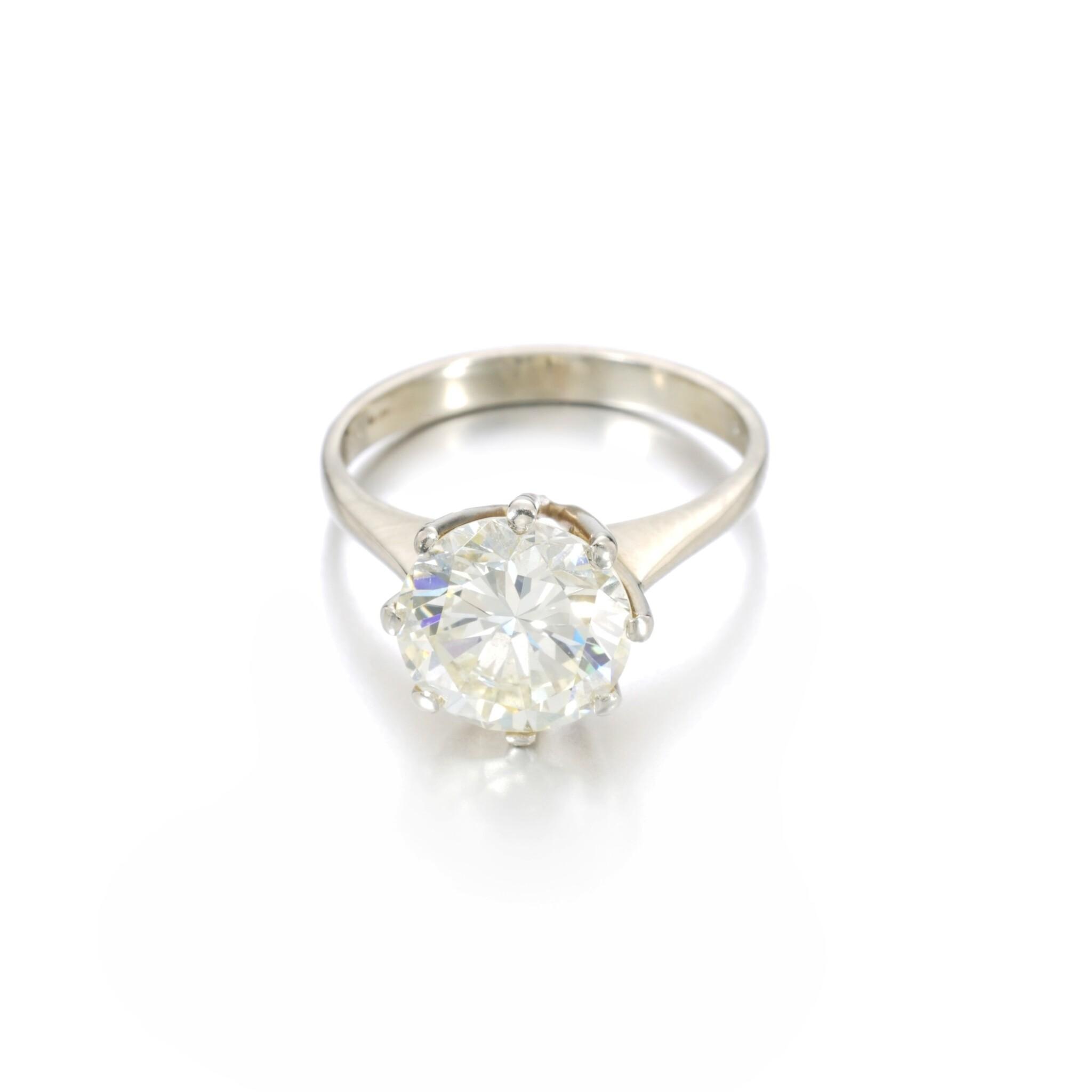View full screen - View 1 of Lot 1149. Diamond ring.