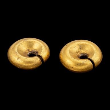 View 2. Thumbnail of Lot 1059. A pair of gold omega-shaped ear ornaments Southeast Maluku, Indonesian archipelago, 18th - 19th century   十八至十九世紀 印尼群島馬魯古東南部 金耳墜一對.