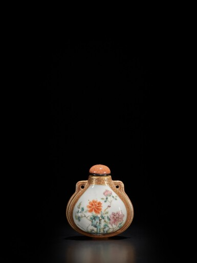 View 1. Thumbnail of Lot 68. A famille-rose and gilt purse-form 'flower and poem' snuff bottle, Dated Qianlong bingshen year, corresponding to 1776 | 清乾隆丙申年(1776年) 粉彩描金牡丹圖御題詩鼻煙壺.