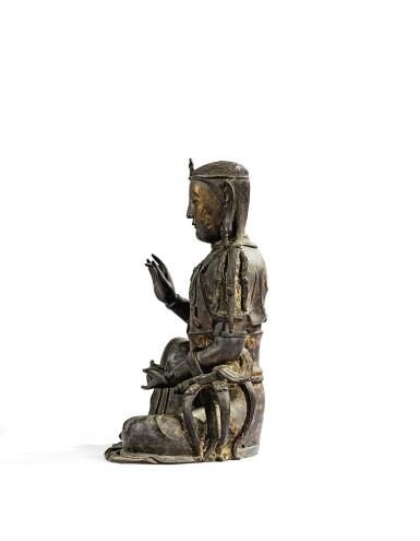 View 5. Thumbnail of Lot 14. IMPORTANTE ET TRÈS RARE PAIRE DE STATUETTES DE BODHISATTVA EN BRONZE PARTIELLEMENT DORÉ XIVE SIÈCLE | 十四世紀 鎏金銅菩蕯坐像一對 連   清十八世紀 漆金木雕須彌座一對| An important and very rare pair of parcel-gilt bronze figures of Bodhisattva, 14th century; together with a pair of lacquer-gilt thrones, Qing Dynasty, 18th century.